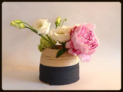 Composition dans vase en corde