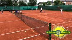 Bratwurst gegen Tennisschläger