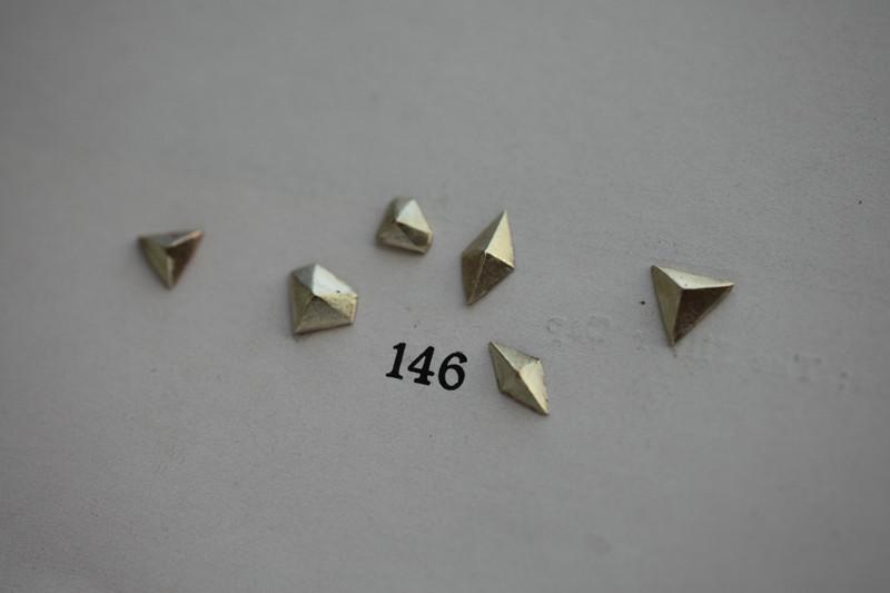 laboratorium geometric pyramid posts