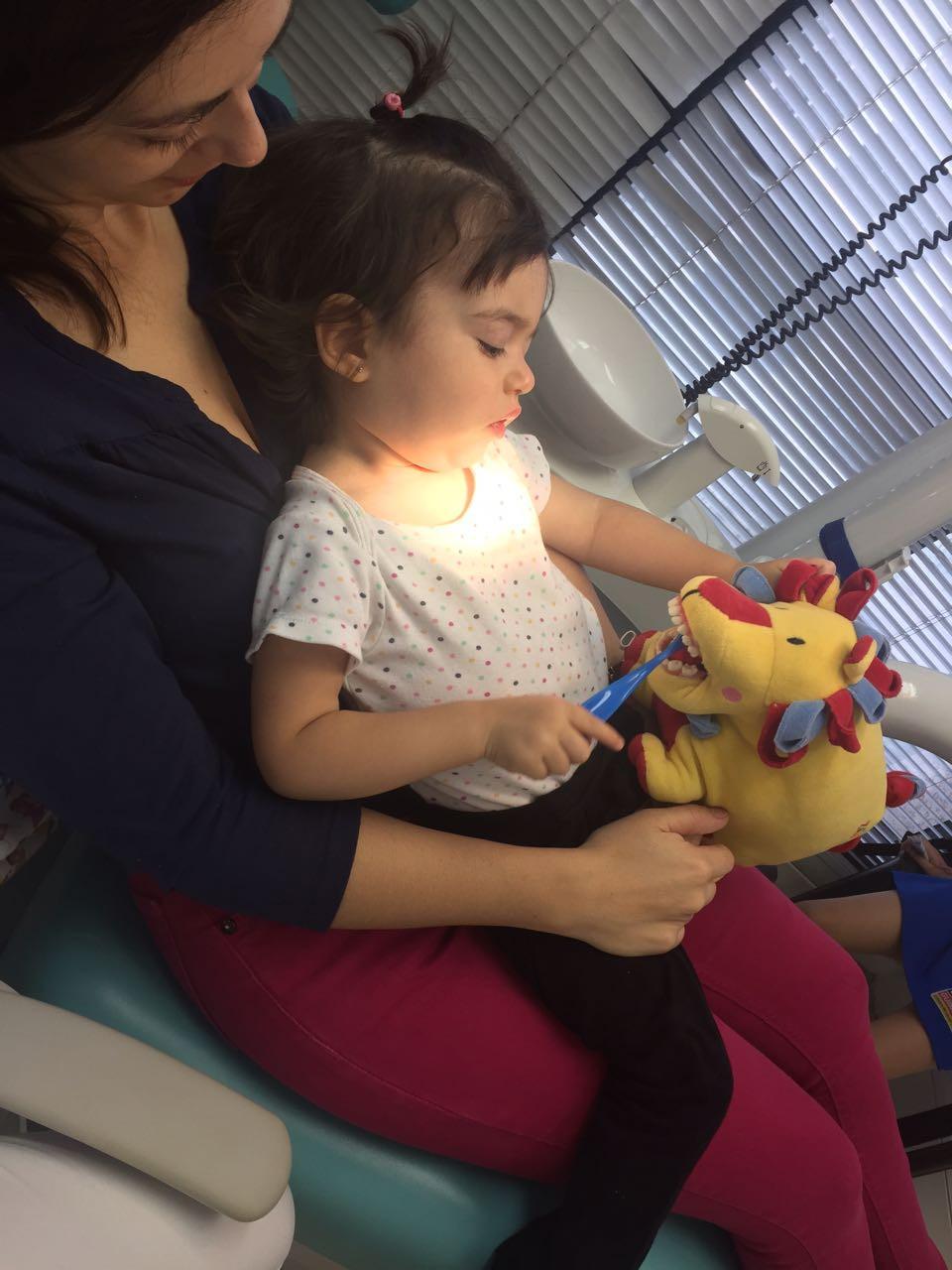 mae com bebe no dentista