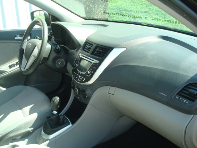 2012 Hyundai Accent dash
