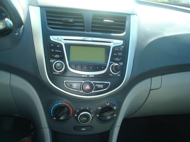 2012 Hyundai Accent radio