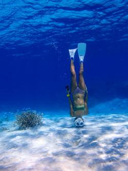 海にささる女性