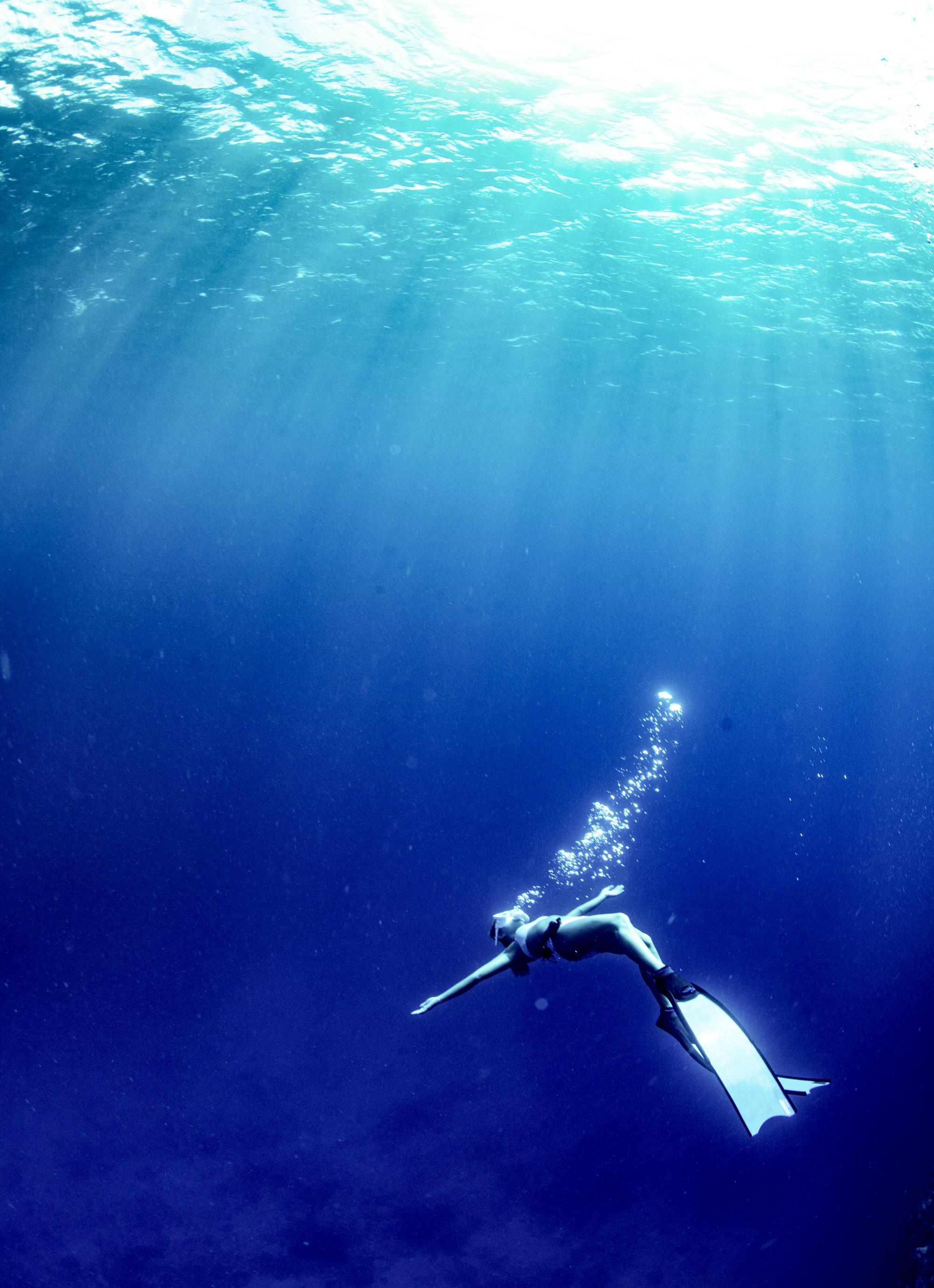 海に包まれる女性