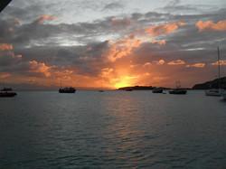 54- De zon gaat onder terwijl we Grootbaai uitvaren. (Medium)