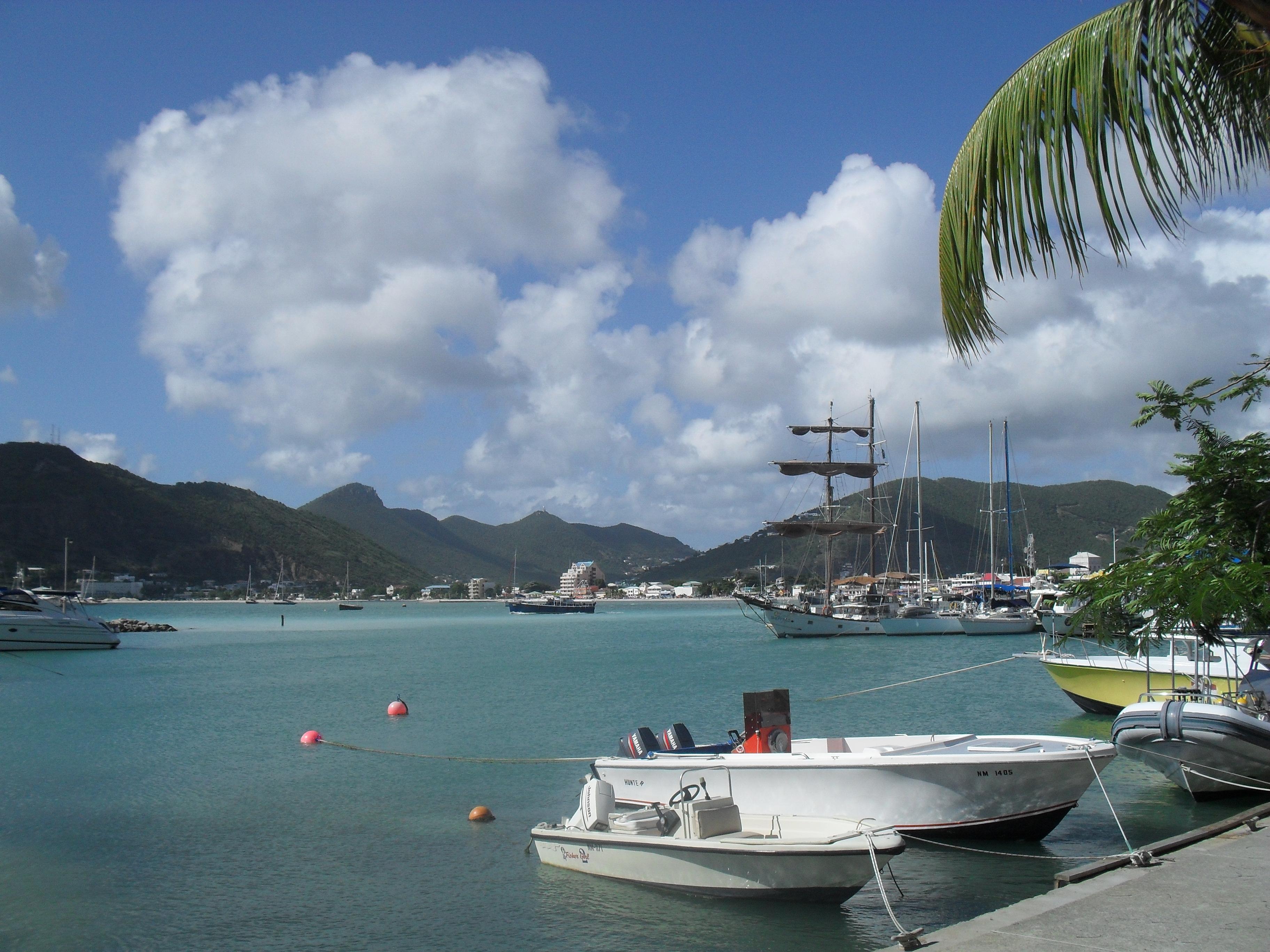 38- Grootbaai met in de verte de hoofdstad van het nederlandse deel van Sint Maarten; Philipsburg.