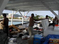 51- Het ruim van het Guyanese vrachtscheepje wordt ingeruimd. (Medium)