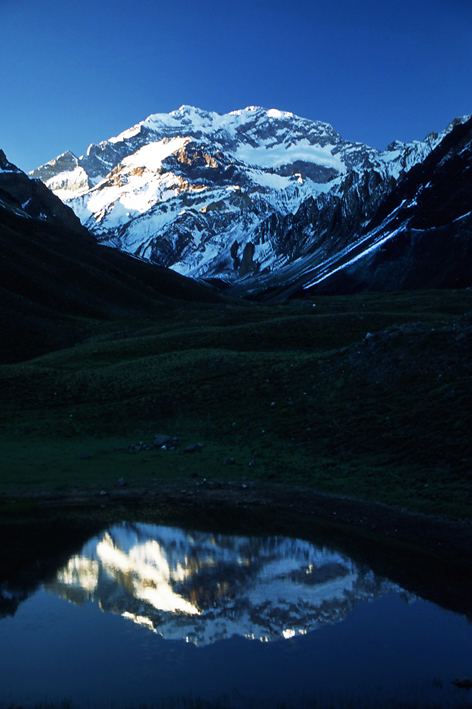 Aconcagua reflajada en el agua Argentina