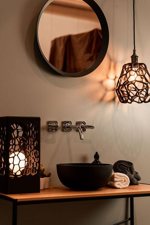 Badezimmer mit Bara Waschbecken und Lampen Delta und Beta