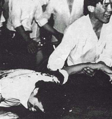 89年6月3日夜,民众抢救伤员,护送的民众在悲愤地哭喊。