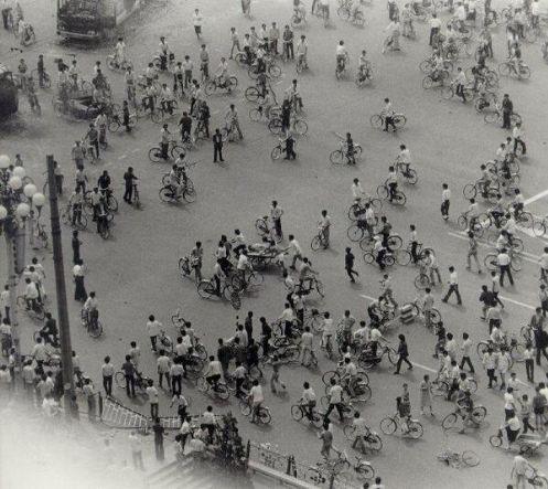 89年6月4日清晨,天安门城楼东侧东长安街南池子街南口,图中可见三轮车运