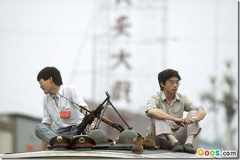 89年6月3日,新华门附近,两名学生在戒严部队弹药车顶看守。