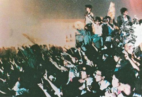 89年6月4日淩晨4點30分,紀念碑底座北側的學生對端槍抵達的軍人揮動V
