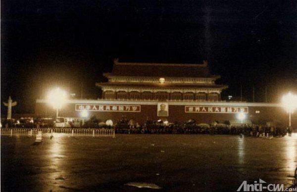 89年6月4日凌晨1时半,38集团军部队抵达广场北端的天安门城楼前。5分