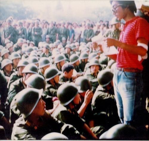 89年6月3日下午复兴门,军人受阻,学生劝说不要前往广场镇压。