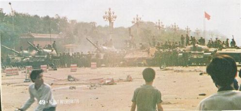 89年6月4日清晨,新华门附近六部口,天津警备区坦克第1师设置了警戒线。