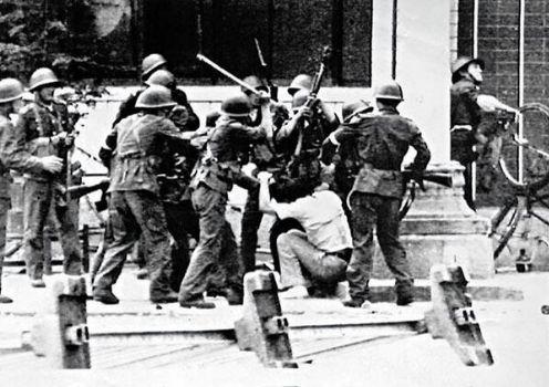 89年6月4日清晨,众多军人用枪托猛砸一名学生。天安门广场武力清场结束后