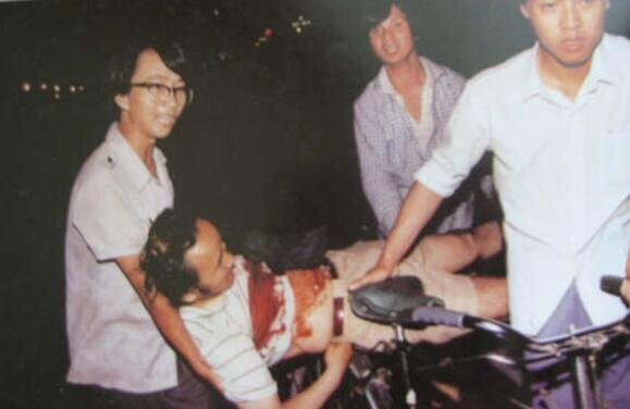 89年6月3日夜,民众用自行车运送伤员。