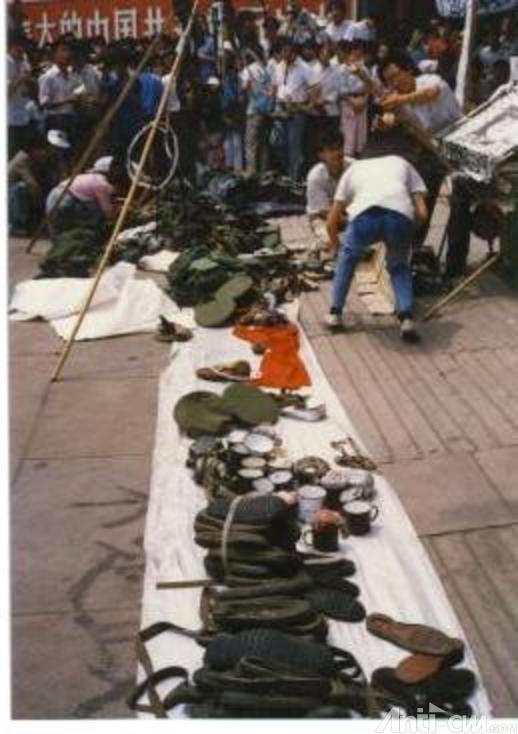 89年6月3日下午学生在新华门展示戒严部队军用品