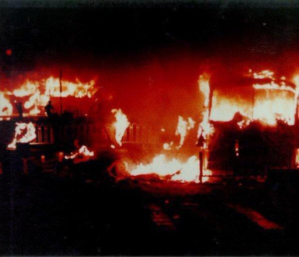 89年6月4日凌晨1时许,西长安街西单路口,民众点燃用作路障的公共汽车,