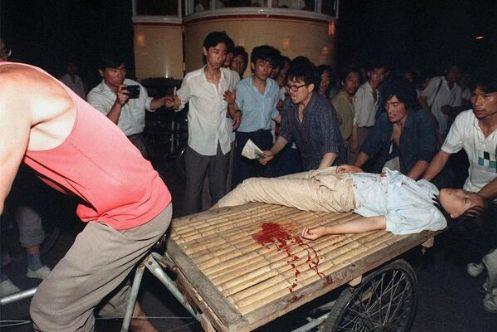 89年6月3日夜民众用三轮平板车抢救女学生。