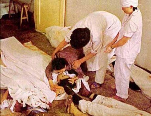 89年6月4日,遇难者母亲抱尸痛哭。28年过去了,正义仍未彰显,死难者的