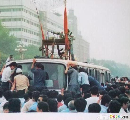 89年6月3日凌晨,新华门附近,四辆化装给人民大会堂中戒严部队运送枪支弹