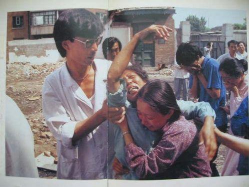 89年6月4日,一位六四死难者的母亲痛不欲生,旁观者也都纷纷落泪。