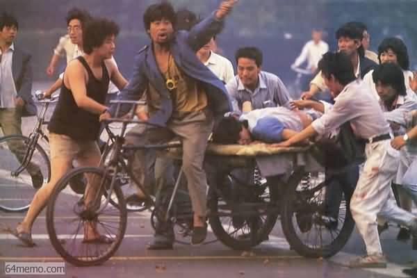 89年6月3日夜,北京民众在枪林弹雨中抢救伤员,这些蹬着三轮车的民众是英