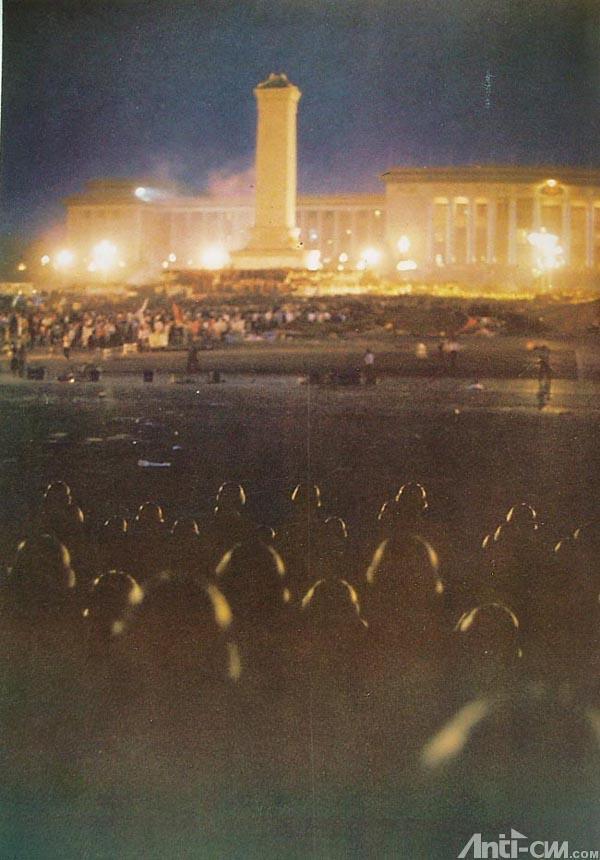 89年6月4日凌晨4时半,头戴钢盔、全副武装军人逼近纪念碑。