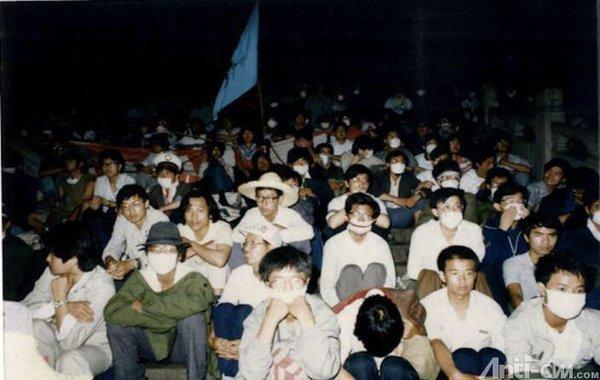 89年6月4日凌晨3时,数千名学生赤手空拳坚守在纪念碑基座周围,决心以死