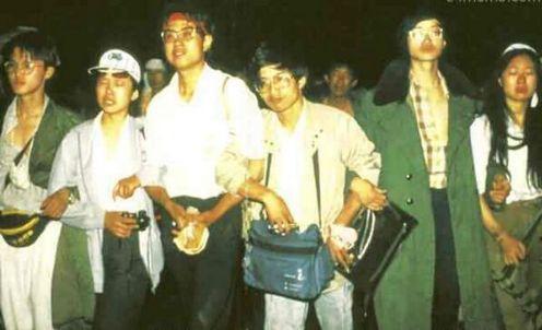 89年6月4日凌晨5时半,在数万军人武力驱逐下,学生们被迫撤离广场,眼中