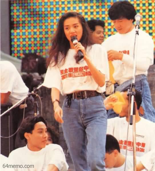 89年5月27日,著名歌星梅艳芳在香港民主歌声献中华活动上演唱《四海一心