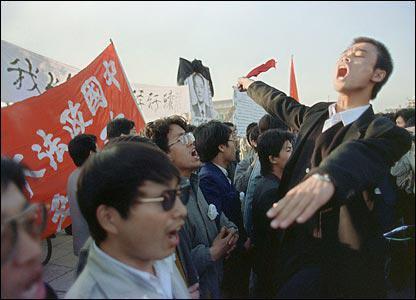89年4月22日,数万名高校学生集聚天安门广场,图为政法大学学生齐唱国际