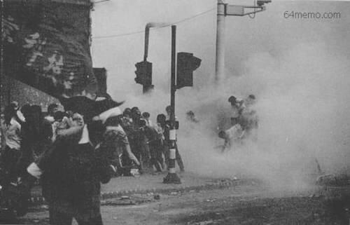 89年6月4日清晨,六部口,追轧学生撤离队伍的坦克编号106,现场弥漫着