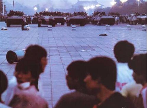 89年6月4日凌晨,天安门广场北端,赤手空拳的学生与全副武装的38集团军