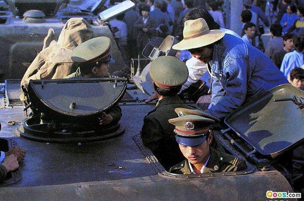 89年6月3日晚,38集团军112师装甲车队从南苑机场附近的东高地出发,