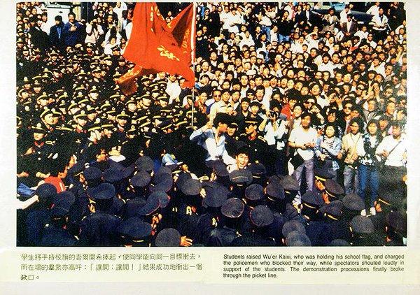 5月4日,面对军警,吾尔开希由学生们抬着,挥舞旗帜。