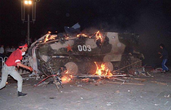 89年6月4日凌晨1时许,112师装甲车队的指挥车单车突进,在天安门城楼