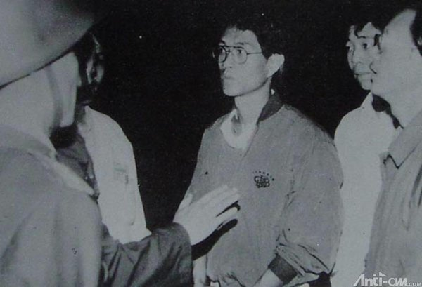 89年6月4日凌晨3时45分,天安门广场东北角,侯德健(中)周舵(右一)