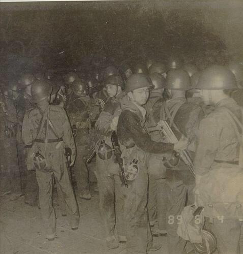 89年6月4日凌晨2时,集结在天安门广场东侧的北京军区炮兵第14师,该部