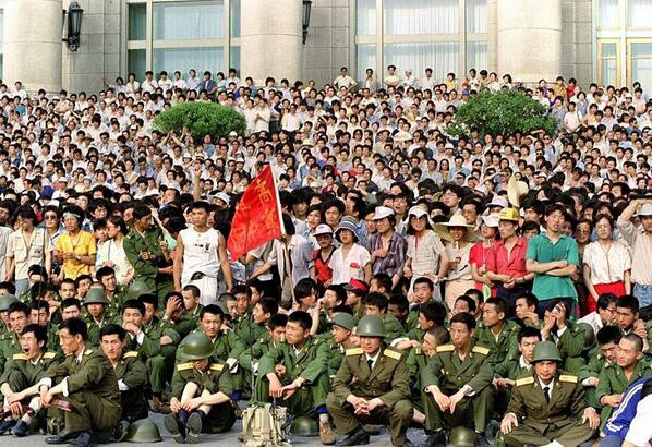 89年6月3日,人民大会堂西门,65集团军奉命前往新华门参与抢夺弹药车,