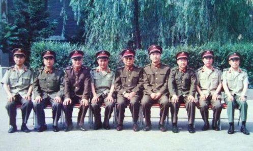 图为89年进京戒严时拍摄的照片,左三何燕然,右四张明春。