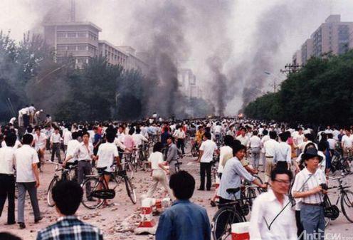 89年6月4日清晨,西长安街围堵28集团军车队的民众。