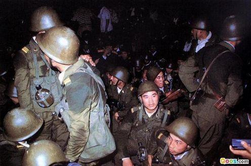 89年6月3日晚,空降兵15军从南苑机场出发向天安门广场开进,在天桥、珠