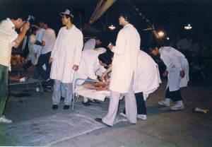 89年6月4日凌晨,天安门广场志愿医务人员建立的临时救护站,送进了大量的