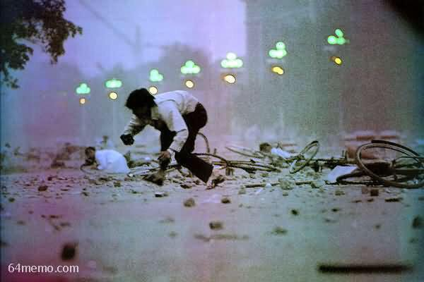 89年6月3日夜,西长安街,被屠杀激怒的民众向军人扔石块。屠杀是因,抗暴