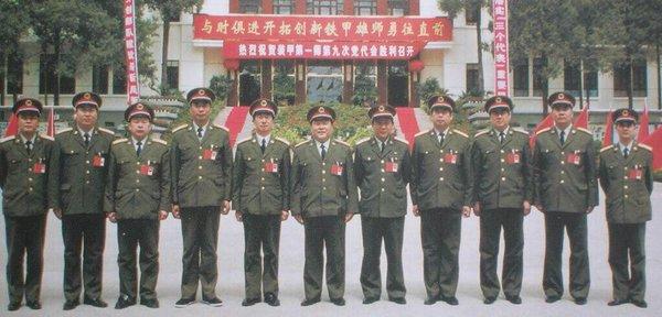 89年6月4日清晨.制造六部口惨案的坦克第1师军官们。