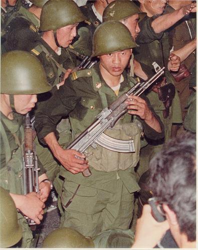 89年6月3日戒严部队奉命执行清场,各部队全副武装乘车向天安门广场等目标