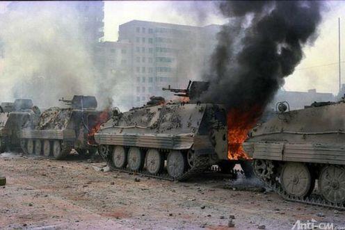 89年6月4日清晨,长安街,28集团军受阻,民众介绍屠杀情况。